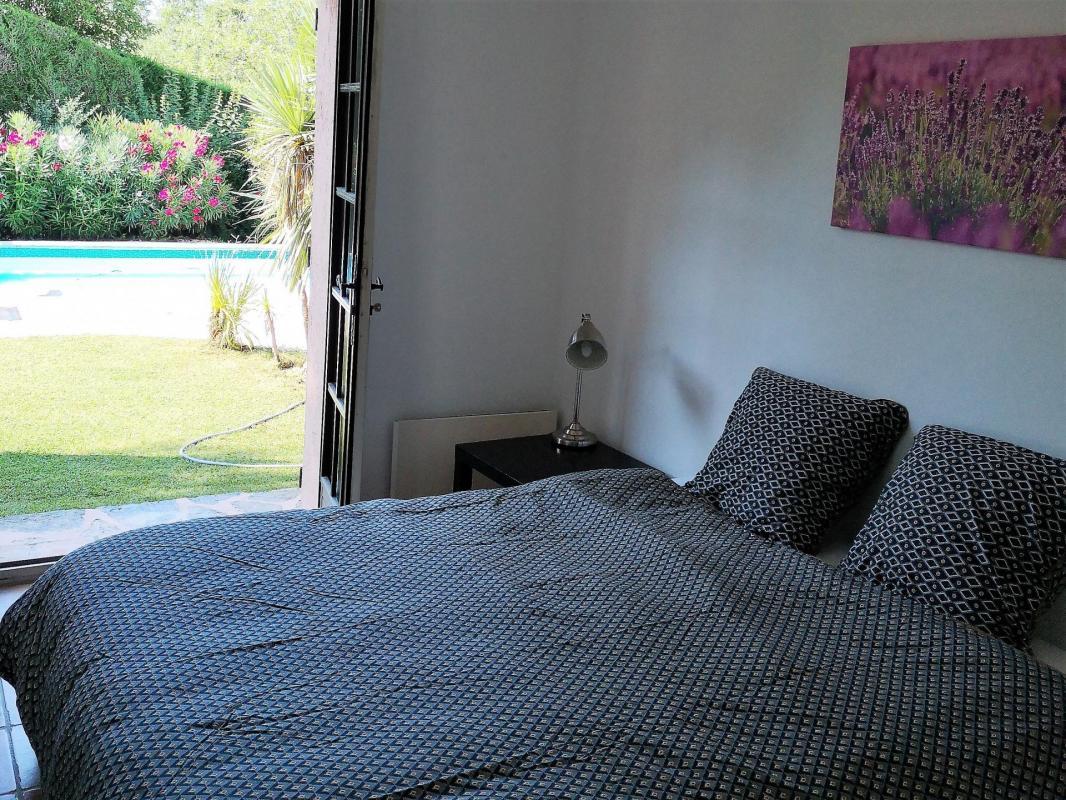 Eerste slaapkamer aan de kant van het zwembad