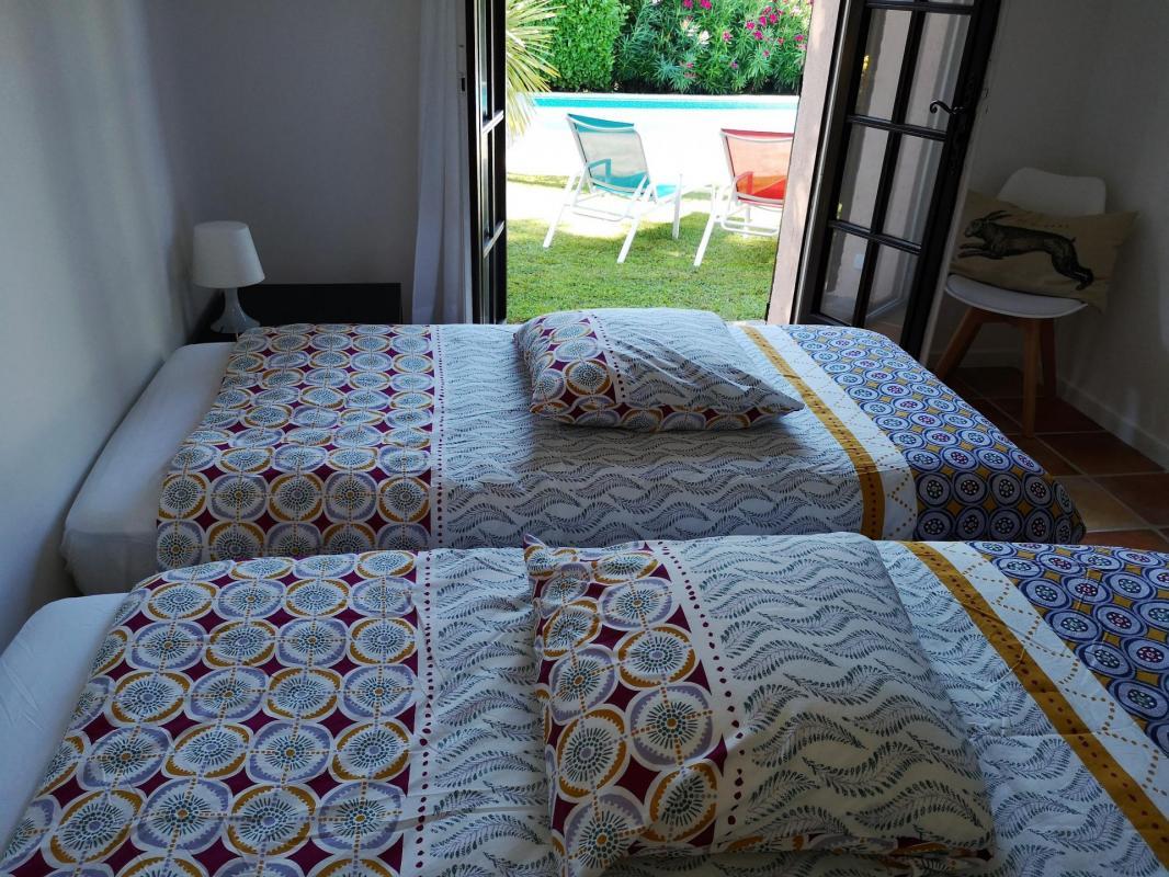 Tweede slaapkamer aan de kant van het zwembad